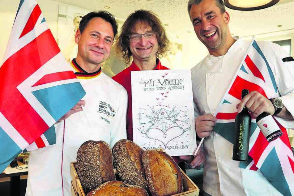 Brot-Sommelier Tino Gierig (l.) vom Backhaus gibt seinen Kunden zum Brot eine Valentins-Karte von Zeichner Kay Leonhardt mit.