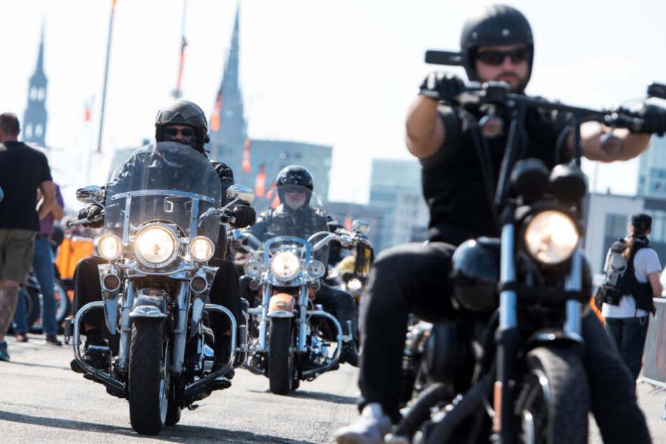 Mit ihren Harley-Maschinen donnern die Herren durch Hamburg.