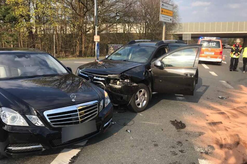 Der Dacia wurde in einen Mercedes geschleudert.