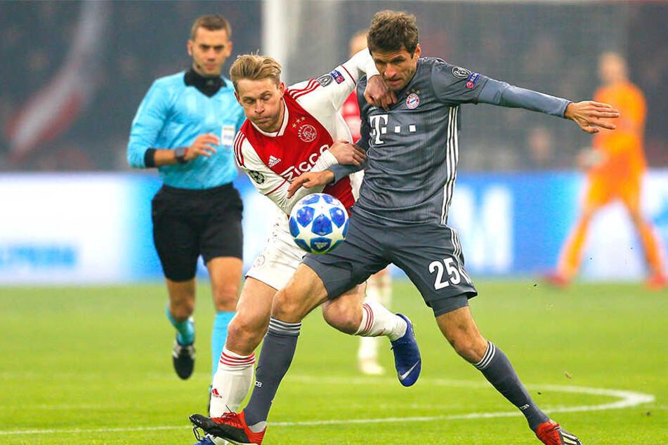 Frenkie de Jong (21, links) im Zweikampf mit Thomas Müller beim Champions-League-Match FC Bayern München gegen Ajax Amsterdam.