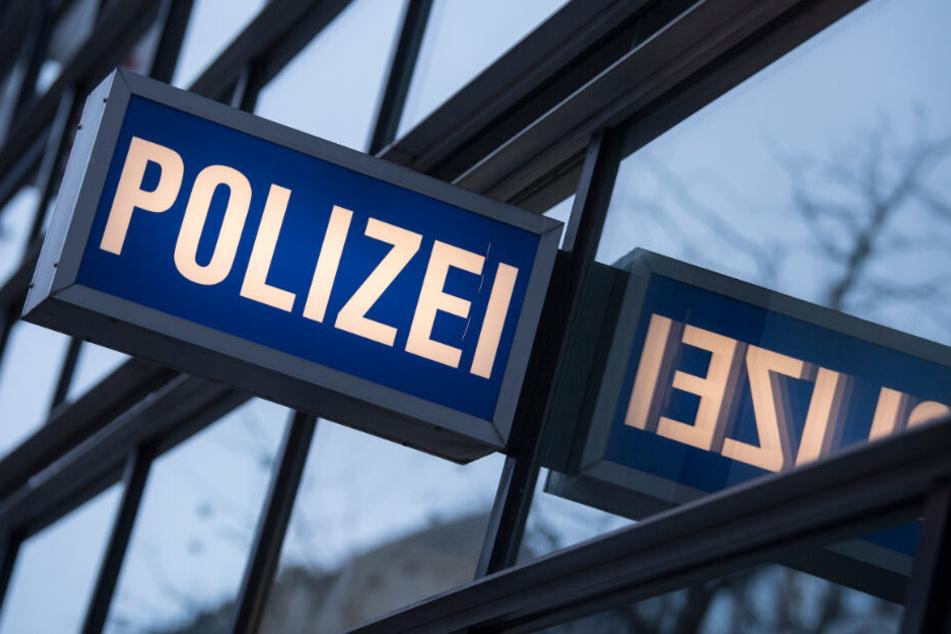 Ein Schild weist auf eine Polizeiwache hin.