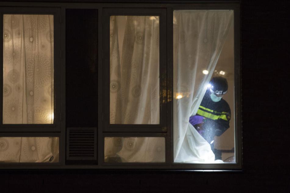 Ein Forensik-Experte sucht nach Hinweisen in einem Haus, in dem der mutmaßliche Schütze von Utrecht verhaftet wurde.