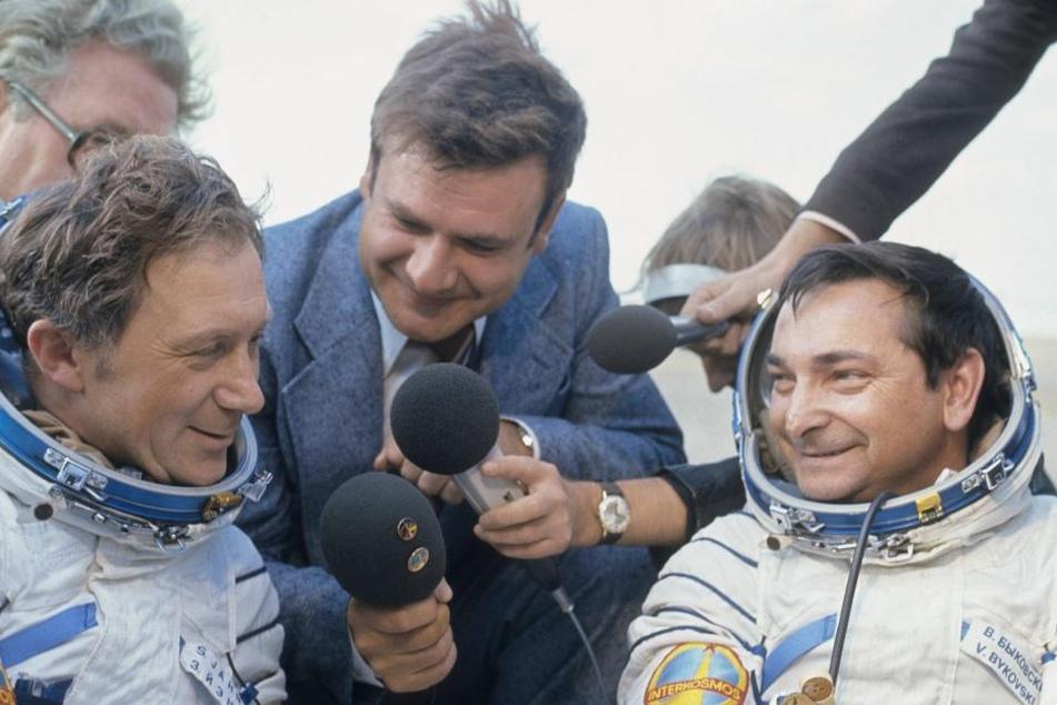 Kaum waren Jähn (l.) und sein russischer Kollege Valery Bykovsky (84) gelandet, wurden sie fürs Fernsehen interviewt.