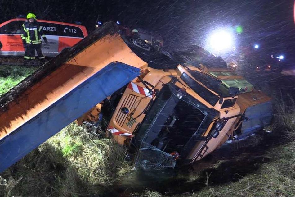 Fahrer betrunken: Winterdienst kommt von Straße ab und fällt Hang hinunter