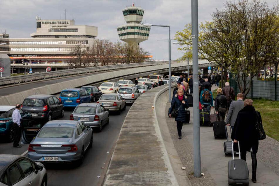 Verkehrs-Chaos in Berlin: Taxi-Proteste blockieren Flughafen Tegel