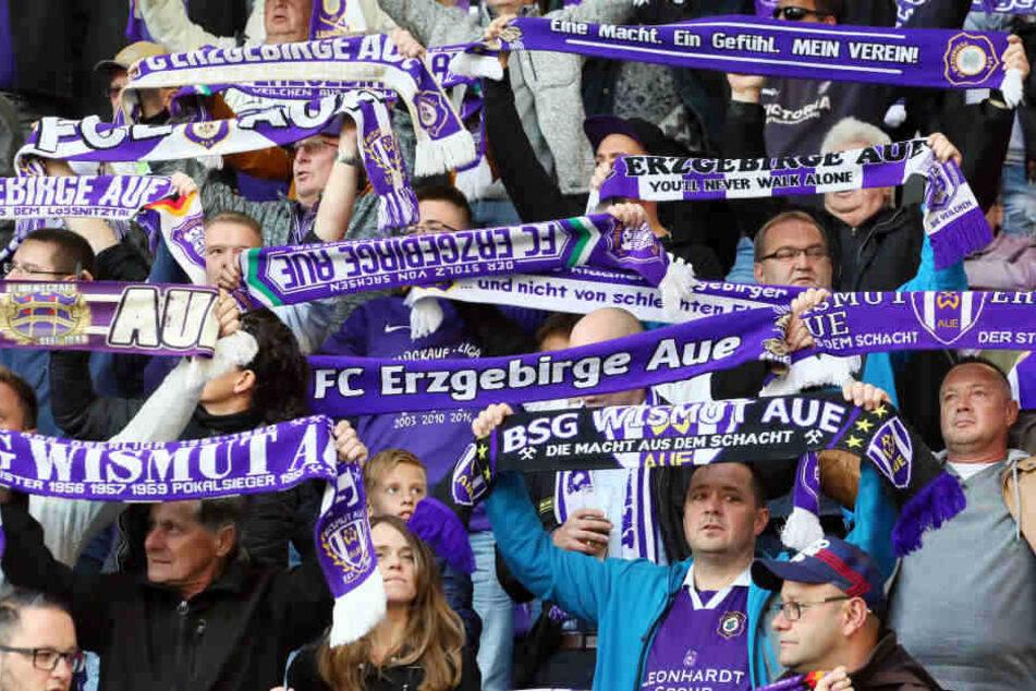 Nicht alle Aue-Fans beteiligten sich am Boykott, eine große Zahl feuerte ihr Team auch an.
