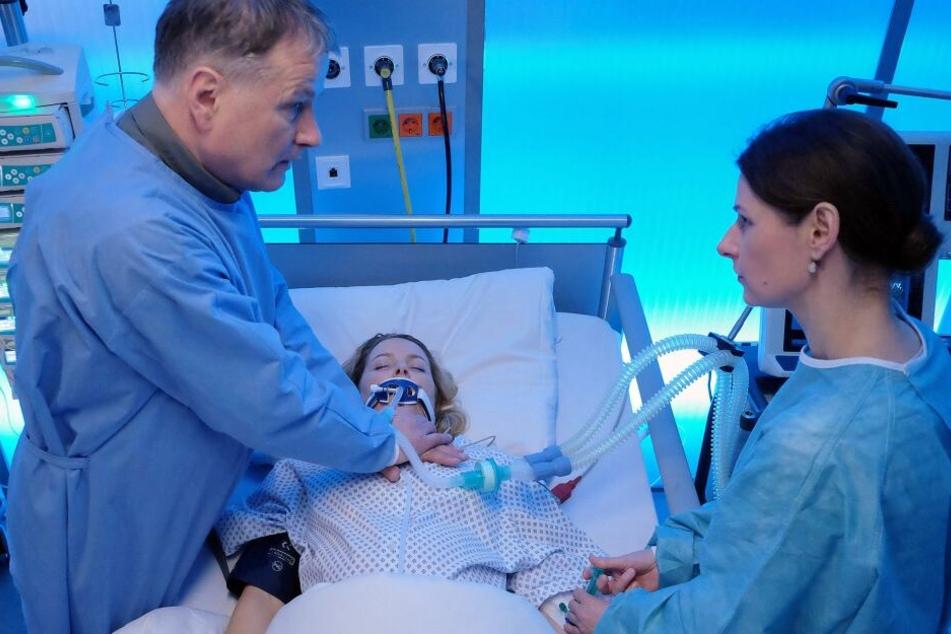 Klinikleiter Dr. Roland Heilmann muss die frischgebackene Mutter reanimieren.