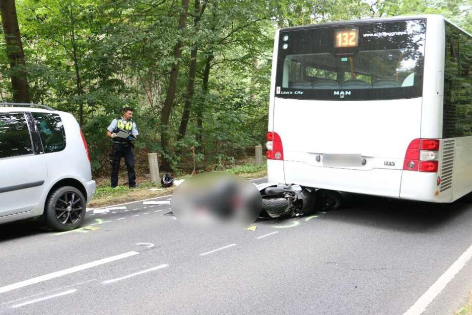 Der Rollerfahrer war zunächst mit dem Bus und dann mit einem Auto im Gegenverkehr kollidiert.