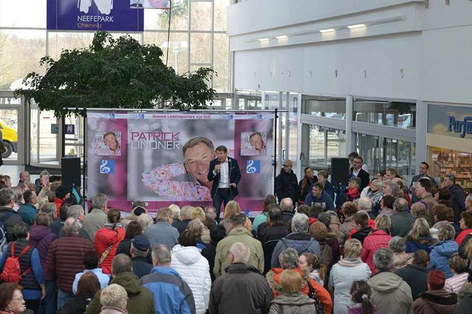 Der Live-Auftritt von Schlagerstar Patrick Lindner (57) lockte Dienstag viele Kunden in den Neefepark. Weitere Künstler folgen.