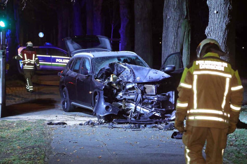 Die Front des BMW ist vollends zerstört.