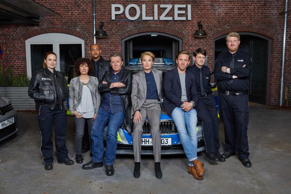 Gemeinsam mit seinen Kollegen posiert Jan Fedder vor der neuen Polizeiwache im Studio Hamburg.