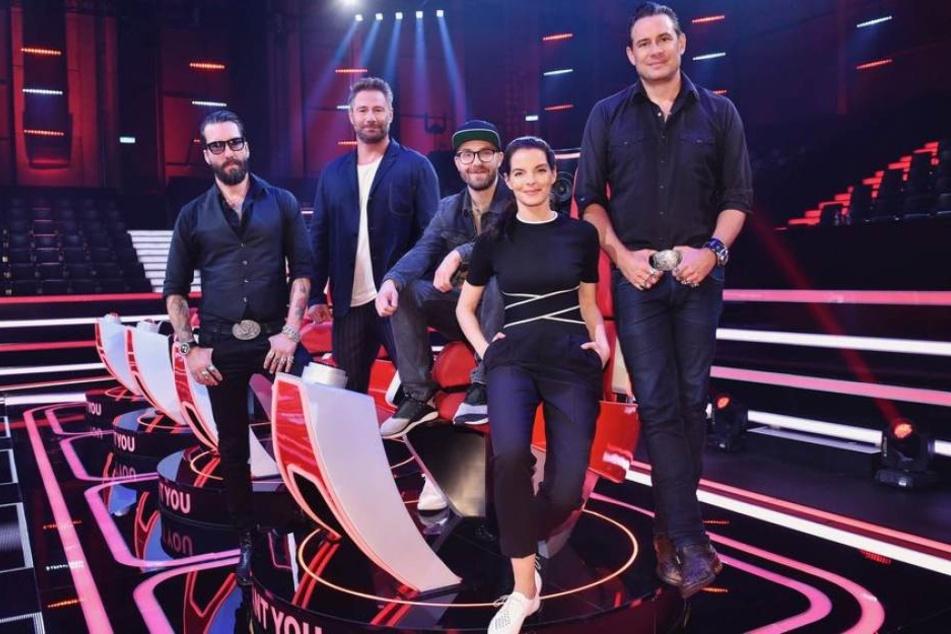 """Die """"The Voice Senior""""-Jury um die The BossHoss-Sänger Alec Völkel (l.) und Sascha Vollmer (r.) sowie Sasha (2.v.l.), Mark Forster (M.) und Yvonne Catterfeld."""
