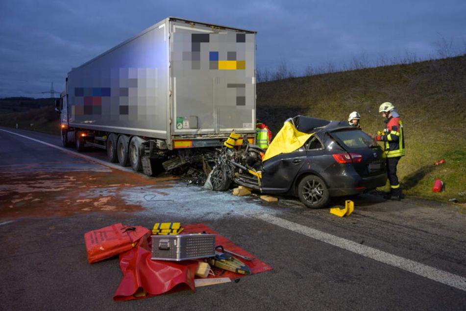 Ein Seat krachte auf der A4 mit hoher Geschwindigkeit auf einen LKW - der Fahrer (24) starb noch an der Unfallstelle.