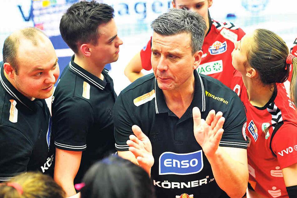 Gute Laune in der Auszeit: Alex Waibl hier mit Co-Trainer Wojciech Paleszniak (l.) und Scout Till Müller, der zum Saisonende aufgehört hat.