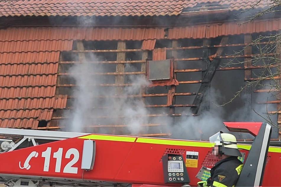 Rauchwolken dringen aus dem beschädigten Dachstuhl der Scheune.