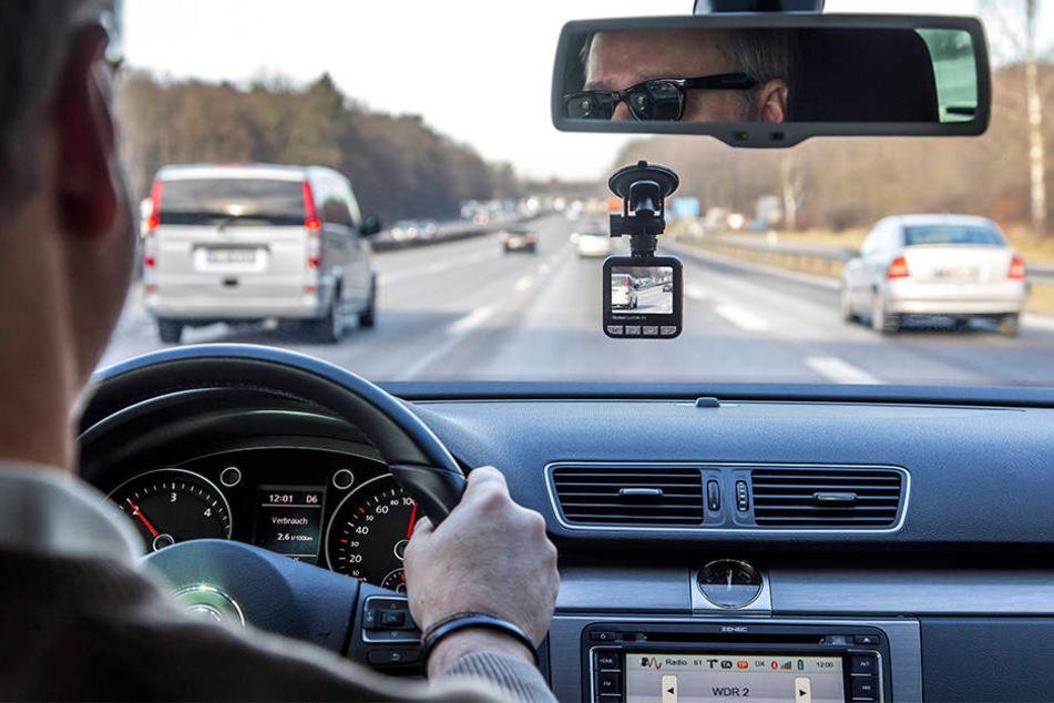 Eine Dashcam, die so den Straßenverkehr aufnimmt, ist in Deutschland nicht erlaubt. Das kann bis zu 300.000 Euro Strafe kosten.