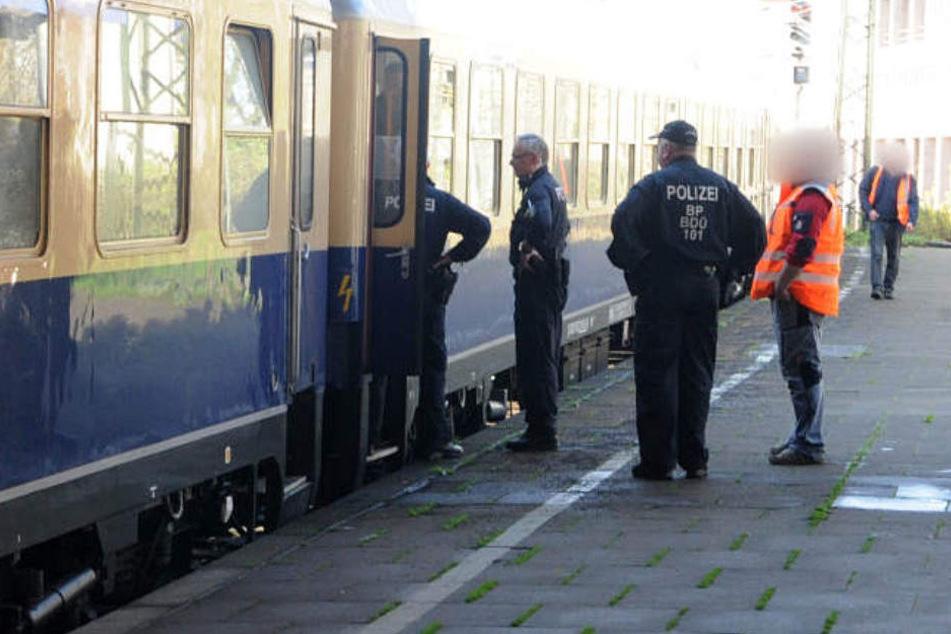 Der Sonderzug wurde von der Polizei auf Spuren untersucht.