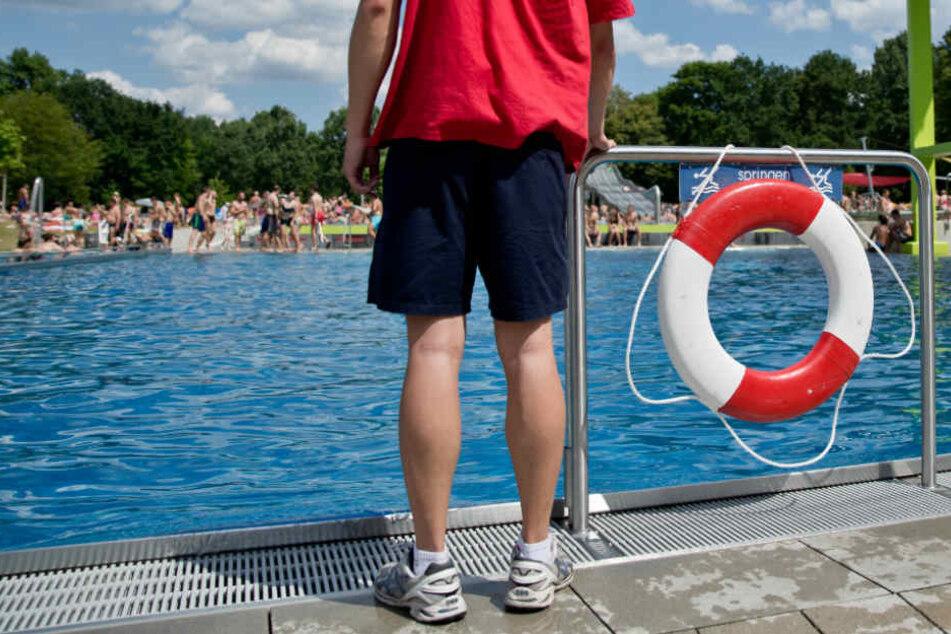 Junge Frauen von Männergruppe in Schwimmbad sexuell belästigt
