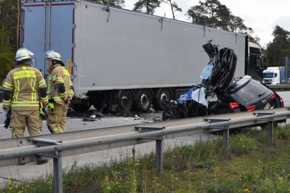 Horror-Crash auf A6! Auto kracht in Stauende, Fahrer stirbt