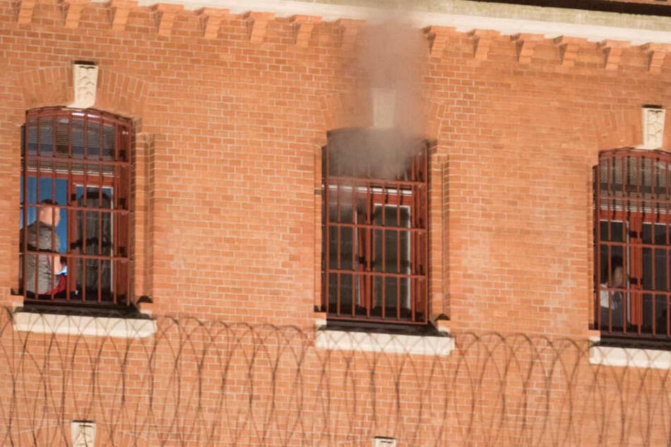 Aus einer Zelle der Haftanstalt am Holstenglacis steigt Rauch auf.