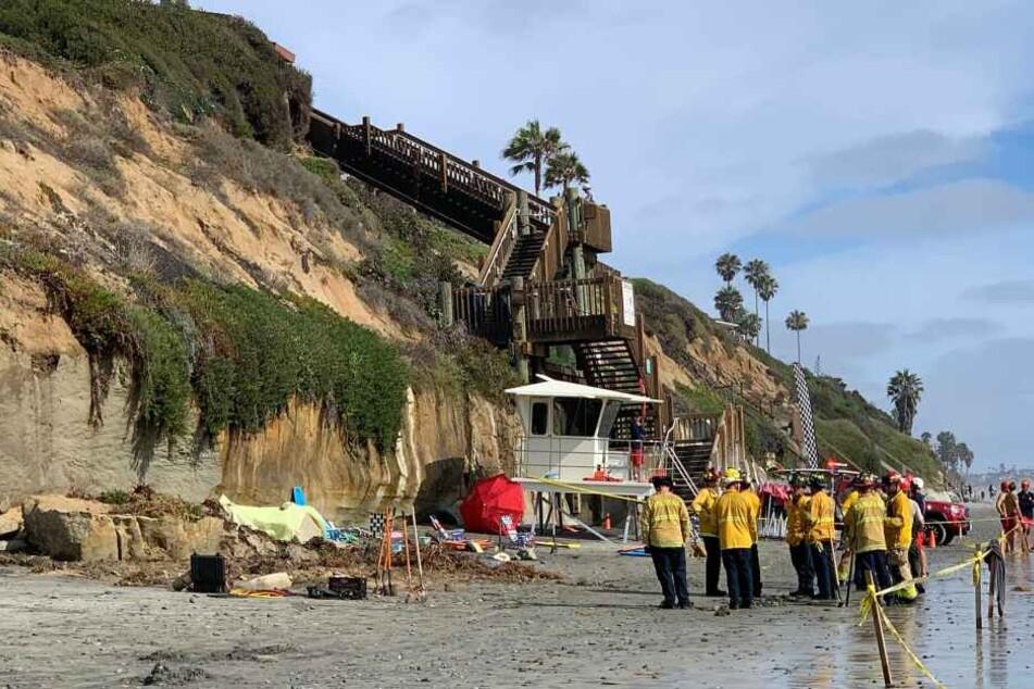 Helfer stehen an dem abgesperrten Bereich am Strand von Encinitas, wo drei Menschen ums Leben kamen.