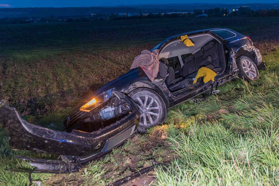 Der VW war nach dem Unfall den Hang hinabgerutscht.