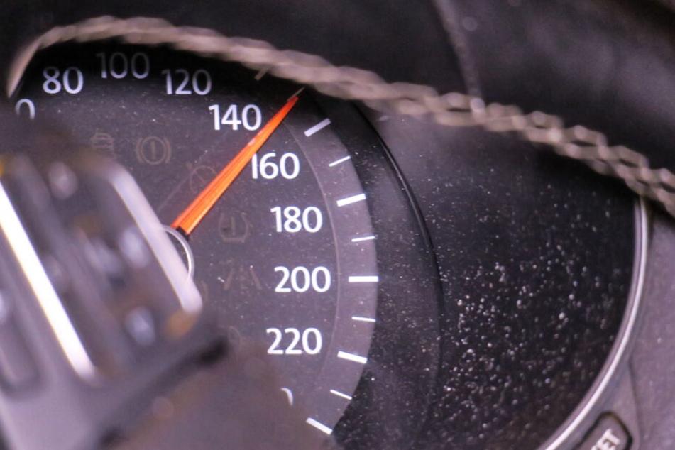 Die Tachonadel des Unfallverursachers blieb bei 150 stehen.