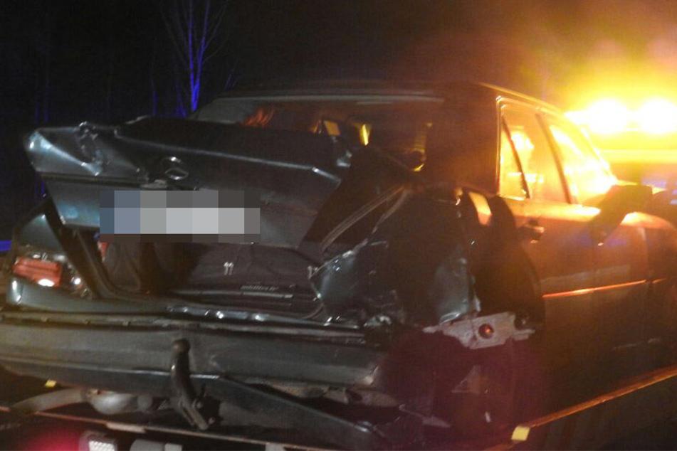 Deutlich ramponiert steht der Mercedes auf der Ladefläche des Abschleppwagens.