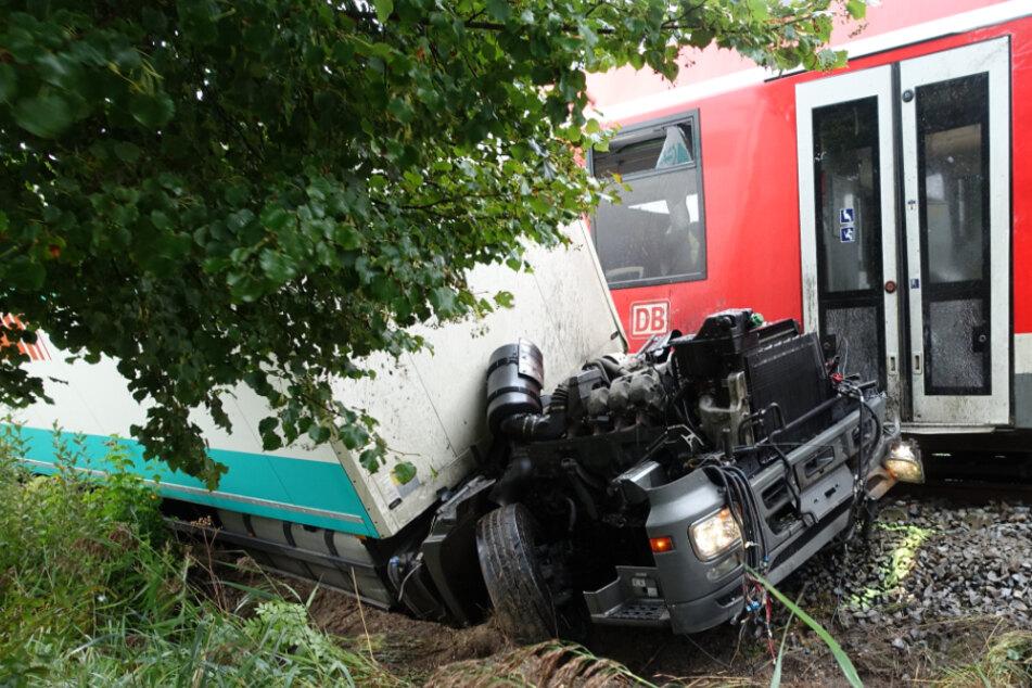 Das Führerhaus wurde bei dem Crash in mehrere Teile gerissen.