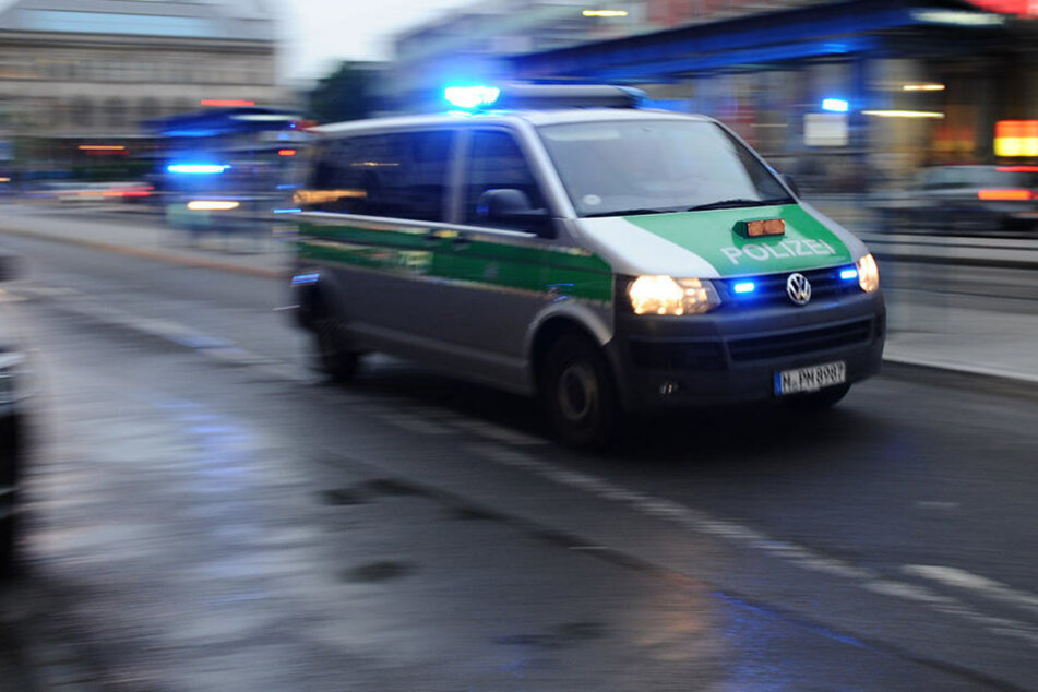Nahe Cloppenburg verfolgte ein Autofahrer einen Polizeiwagen im Einsatz. (Symbolbild)