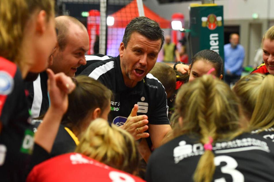 Chefcoach Alex Waibl freute sich nach dem 3:1-Sieg gegen Suhl mit seinen Schützlingen über den Einzug ins Pokalfinale.