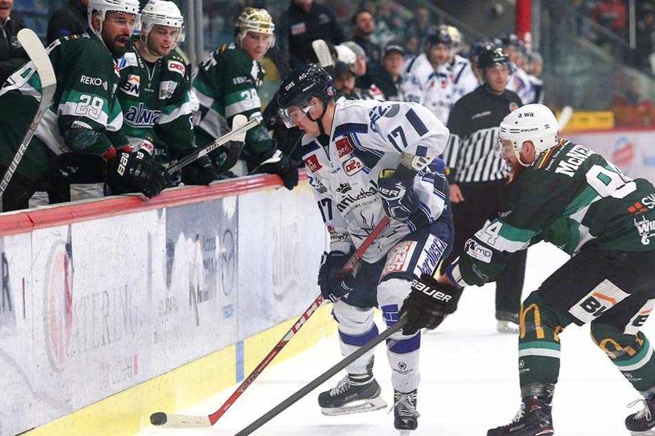 Tadas Kumeliauskas (l.) kämpft mit Tyler McNeely um die Scheibe. Als der Dresdner später beim Stand von 4:2 für die Eislöwen seinen Gegenspieler checkte und in die Kühlbox musste, wurde es noch einmal eng für die Gäste.