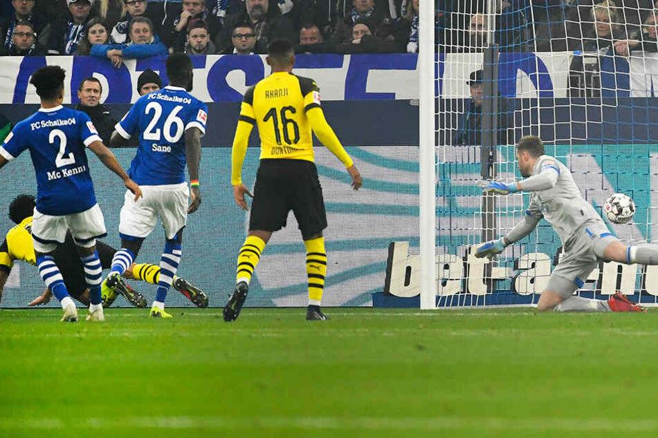 Thomas Delaney (l., am Boden liegend) trifft mit seinem ersten Tor für den BVB zum 1:0 für die Gäste.