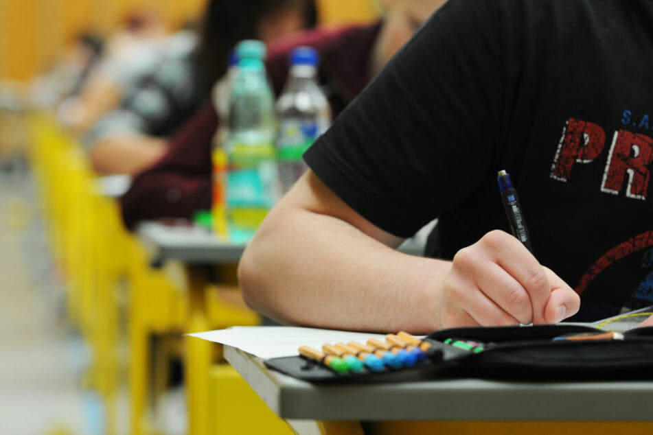 Abiturienten schreiben eine Prüfung. (Symbolbild)