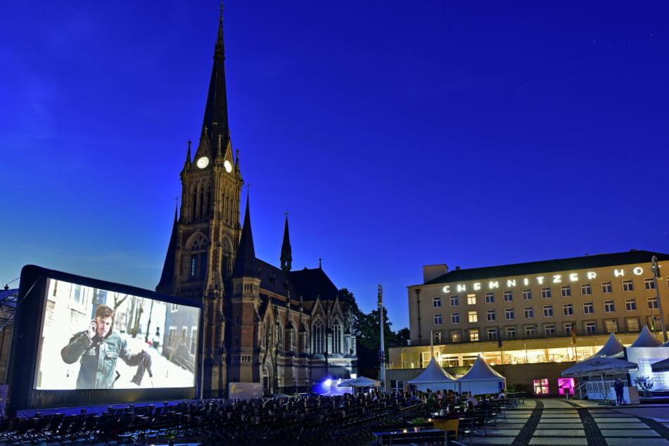 Großes Kino vor schöner Kulisse: 15 000 Besucher kamen zum Freiluft-Filmspaß auf den Chemnitzer Theaterplatz.