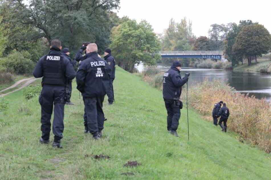 Etwa fünfzig Polizeibeamte suchten das Gebiet zwischen dem Ikea und dem Saale-Elster-Kanal ab.