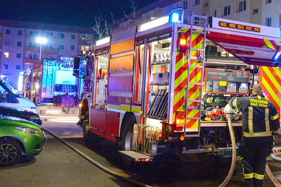 Die Feuerwehr war mit mehreren Löschfahrzeugen und Männern am Einsatzort. (Symbolbild)