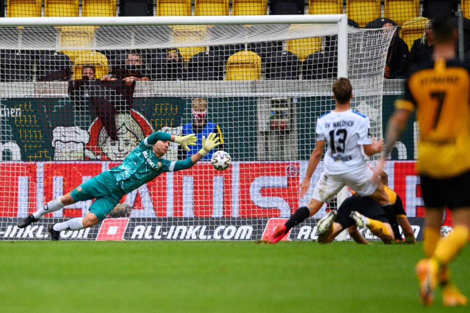 Dynamo-Keeper Kevin Broll (l.) kann diesen Schuss von Max Christiansen nicht mehr entscheidend ablenken. Deshalb ging Mannheim mit 1:0 in Führung.
