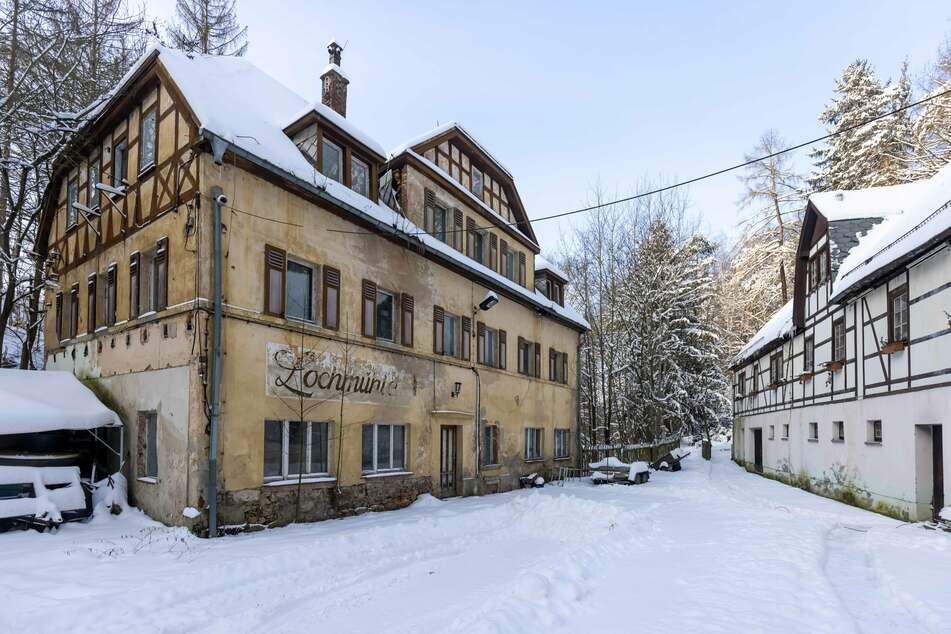 Das Mindestgebot für das Grundstück beträgt 49.000 Euro.