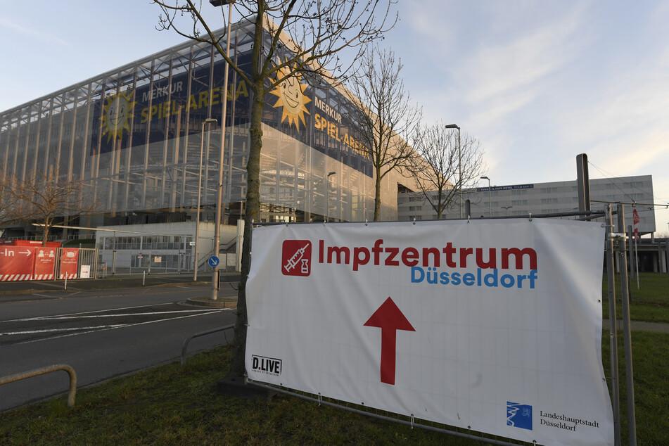 Düsseldorf: Ein Schild weist auf das Impfzentrum der Landeshauptstadt in der Merkur Spiel-Arena hin. Am 27. Dezember beginnen die Impfungen gegen das Coronavirus in Pflegeheimen.