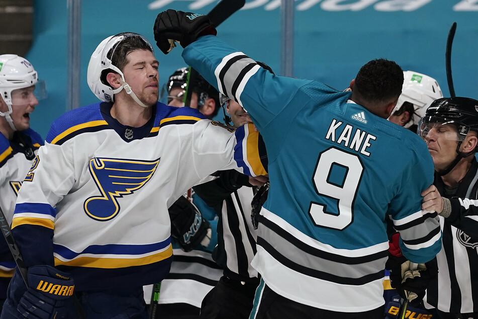 Der linke Flügel der St. Louis Blues, Zach Michael Sanford (l, 26), und der linke Flügel der San Jose Sharks, Evander Kane (r, 30) rangeln miteinander. Kane ist für 21 Spiele der nordamerikanischen Liga NHL gesperrt worden..