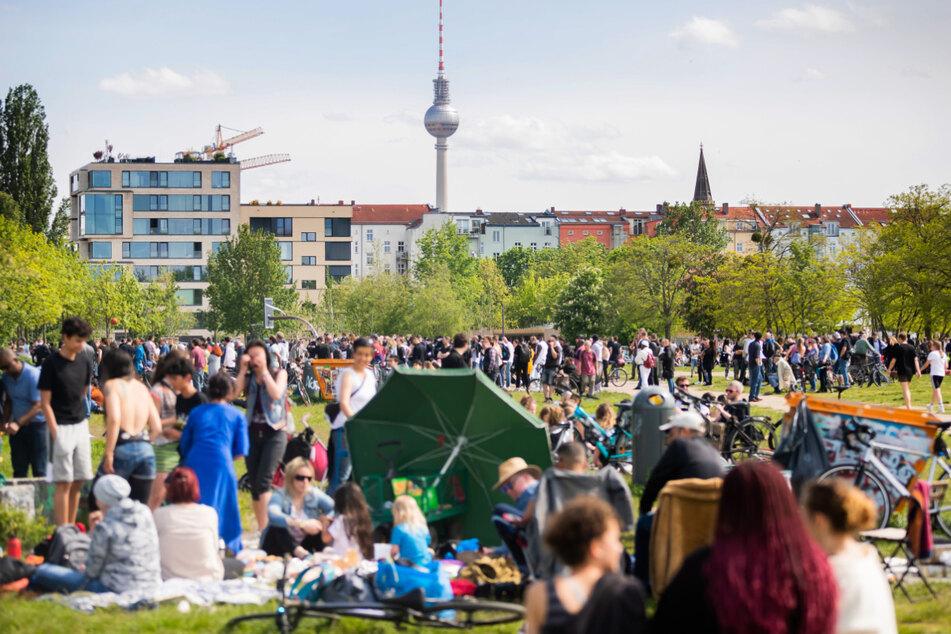 Zahlreiche Menschen genießen im Mauerpark das schöne Wetter.