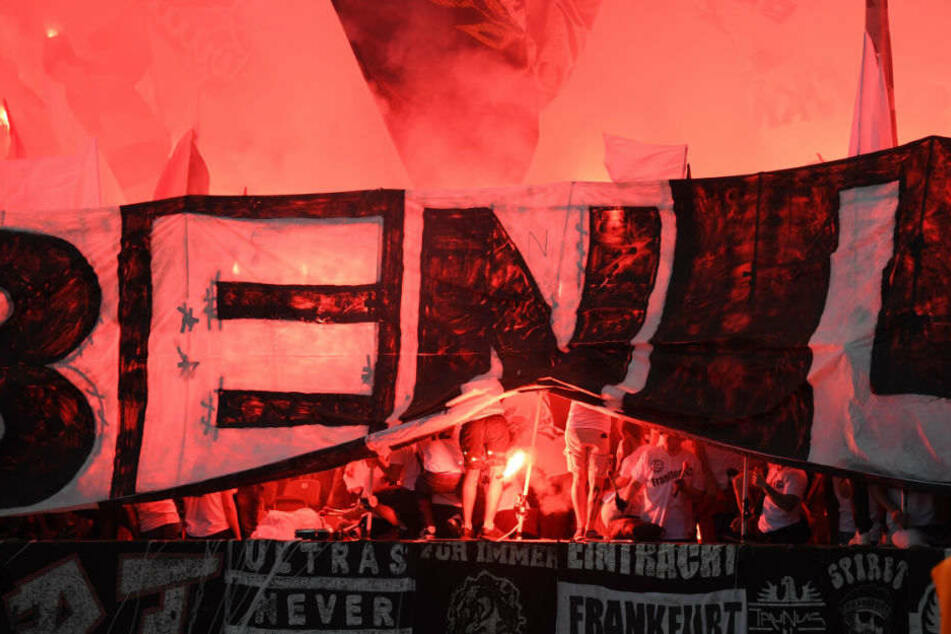 Anhänger von Eintracht Frankfurt zündeln im Berliner Olympiastadion.