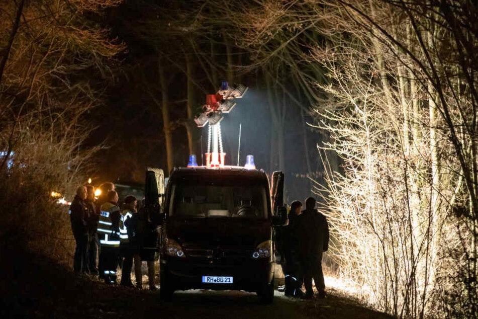 Spurensicherer der Polizei arbeiten an der Böschung, an der die Leiche gefunden wurde.