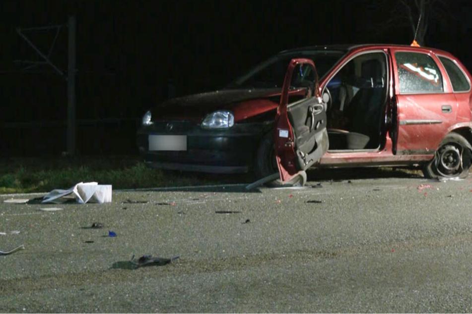 Eine 65-Jährige stieg offenbar wegen einer Panne aus ihrem Opel Corsa. Sie und ein 42-jähriger Helfer wurden erfasst, die Frau starb, der Mann wurde schwer verletzt.
