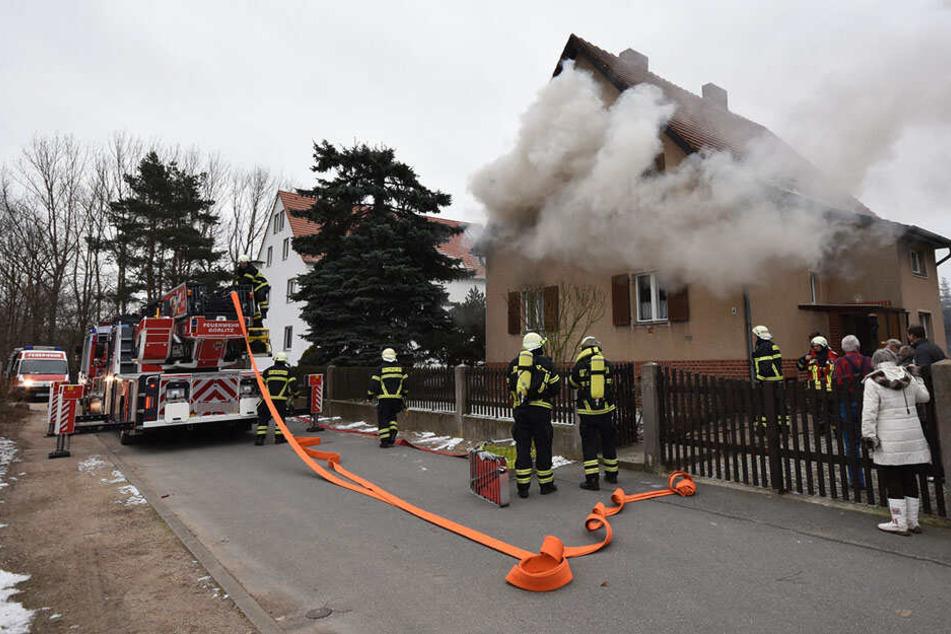 Feuerwehrleute versuchten das Feuer im Schlafzimmer zu löschen.