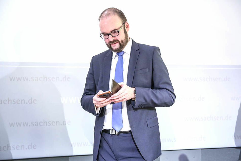 Kultusminister Christian Piwarz (43, CDU) will kein striktes Handyverbot an Sachsens Schulen.
