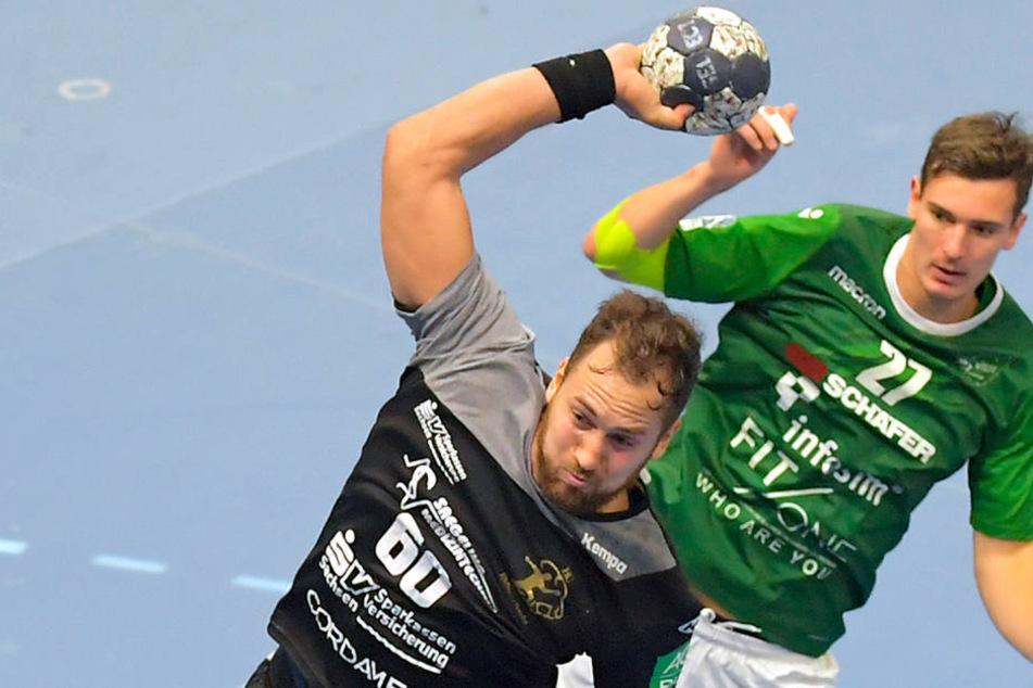 Marc Pechstein steigt hoch und zieht hier im Heimspiel gegen Dessau ab. Am Freitag gilt es für Pechstein & Co. in Aue, am Sonntag empfängt der HCE die Rhein Vikings in der BallsportARENA.