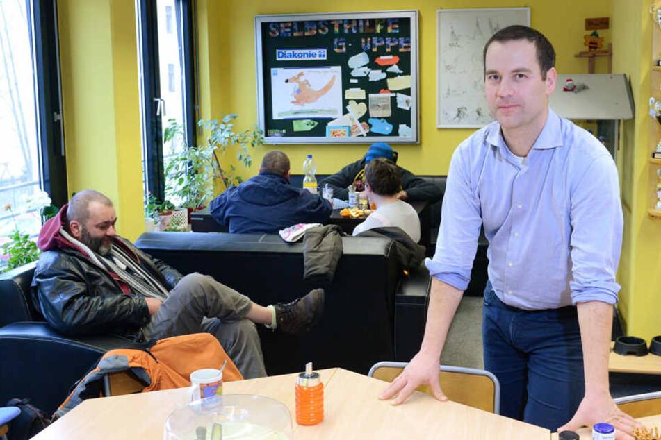 In der Wohnungsnotfallhilfe der Diakonie in Pieschen berät der Leiter Michael  Schulz (38) auch schon, bevor die Wohnung weg ist.