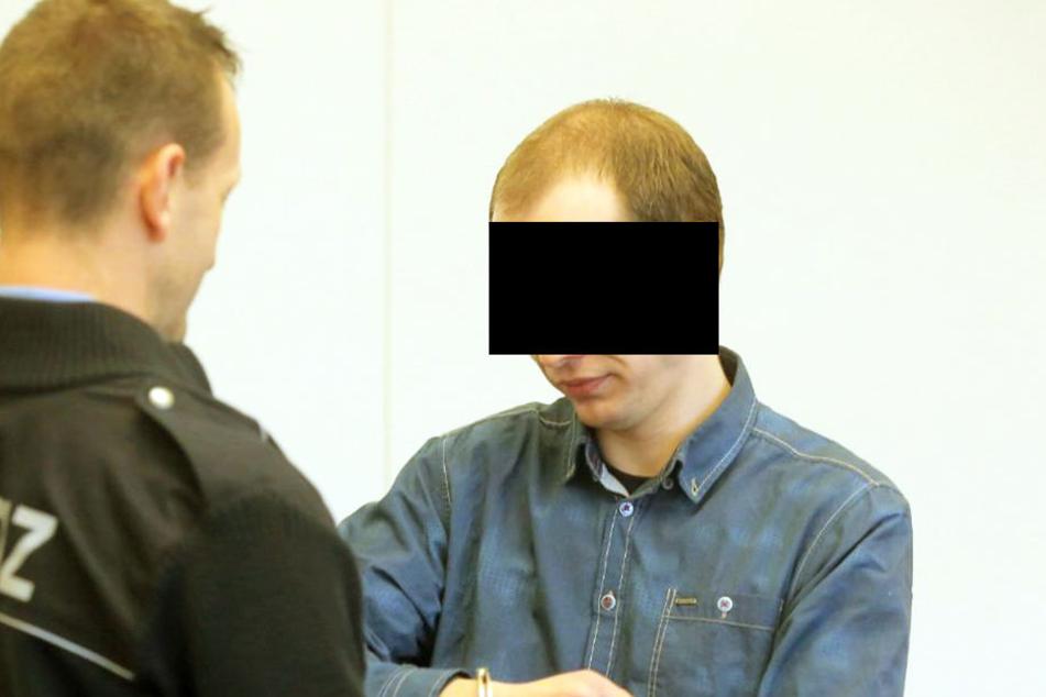 Der Angeklagte (31) am Dienstag in Handschellen am Dresdner Landgericht.